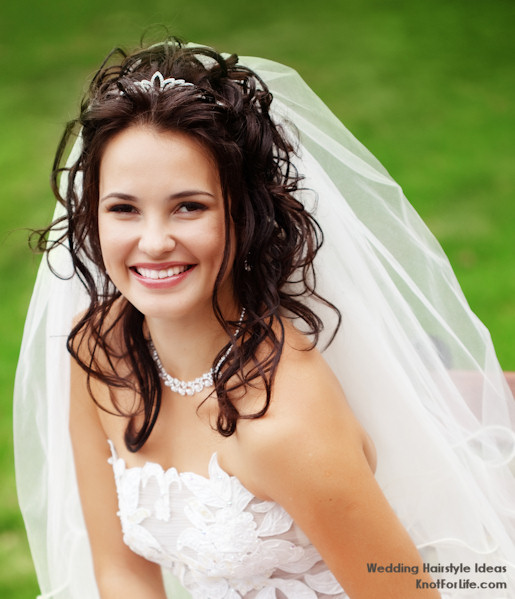 Beach Wavy Wedding Hairstyles: Wavy Wedding Hairstyle With A Veil And Tiara
